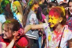 Dwa dziewczyny bawić się z farbą Festiwal kolory Holi w Cheboksary, Chuvash republika, Rosja 05/28/2016 Fotografia Stock