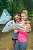 Dwa dziewczyny bierze selfie po plogging Zdjęcia Royalty Free