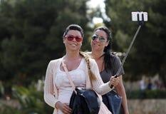 Dwa dziewczyny biorą selfie na ulicie zdjęcia royalty free