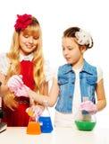 Dziewczyny w chemii klasie zdjęcie stock