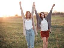 Dwa dziewczyny chodzi outdoors przy wieczór Fotografia Royalty Free