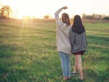 Dwa dziewczyny chodzi outdoors przy wieczór Fotografia Stock