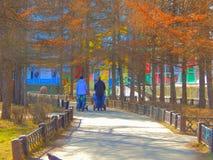 Dwa dziewczyny chodzi z ich dzieciakami w parku zdjęcia stock