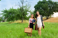 Dwa dziewczyny dostaje przygotowywający dla pinkinu zdjęcie royalty free