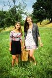 Dwa dziewczyny dostaje przygotowywający dla pinkinu zdjęcia royalty free