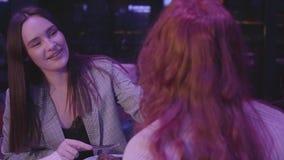 Dwa dziewczyny gościa restauracji w nowożytnej restauracji wpólnie Brunetki dama karmi jej miedzianowłosych ono uśmiecha się i dz zbiory wideo
