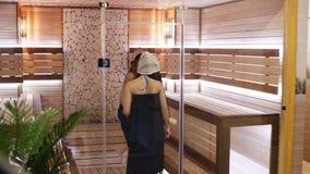 Dwa dziewczyny iść sauna zbiory wideo