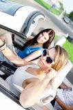Dwa dziewczyny jadą samochód obraz stock