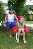 Dwa dziewczyny jest ubranym spódniczki baletnicy. Zdjęcie Royalty Free