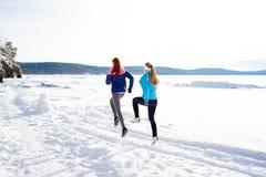 Dwa dziewczyny jogging w zimie Zdjęcie Stock