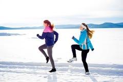 Dwa dziewczyny jogging w zimie Obraz Royalty Free