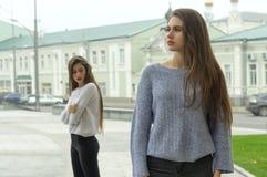 Dwa dziewczyny kłócili się, stoją przy odległością i no l Obrazy Stock