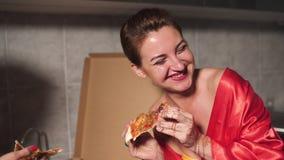 Dwa dziewczyny kobiety je pizzę i cieszy się wieczór przyjęcia gadkę przed wychodzić - Jeden jest ubranym błękitna ranek toga zdjęcie wideo