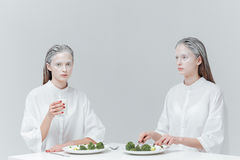Dwa dziewczyny ma posiłek przy stołem Obraz Stock