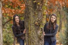Dwa dziewczyny ma zabawę w jesień parku Obraz Royalty Free