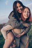 Dwa dziewczyny ma zabawę przy evening outdoors Fotografia Stock