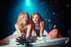 Dwa dziewczyny na łóżku Fotografia Royalty Free