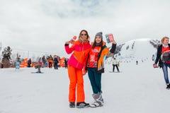 Dwa dziewczyny na śnieżnym skłonie Fotografia Stock