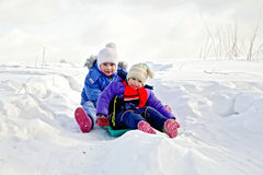 Dwa dziewczyny na saniu w zimie Zdjęcie Royalty Free