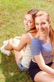 Dwa dziewczyny na trawie w parku zdjęcie royalty free