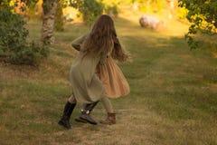Dwa dziewczyny, nastolatkowie, trzyma ręki, chodzą na zielonej trawie, bieg w naturze obraz stock