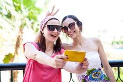 Dwa dziewczyny one fotografowali na telefonie Zdjęcia Royalty Free