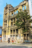 Dwa dziewczyny opowiada w frocie zaniechany wysoki budynek w Jakar Obraz Stock