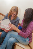 Dwa dziewczyny Otwiera teraźniejszość Obraz Royalty Free