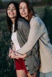 Dwa dziewczyny outdoors przy zmierzchem Obraz Royalty Free