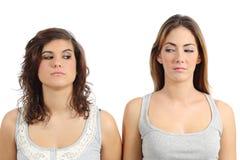 Dwa dziewczyny patrzeje each inny gniewnego Fotografia Royalty Free