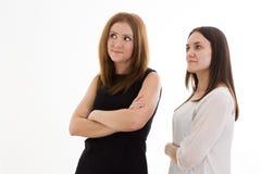 Dwa dziewczyny patrzeje strona Zdjęcia Royalty Free