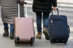Dwa dziewczyny podróżują z wielkimi podróży torbami przez ulic Budapest budżeta podróż fotografia royalty free