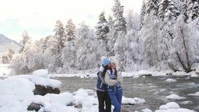 Dwa dziewczyny podziwia naturę w lesie na halnej rzece delikatnie one uśmiechają się przy each inny i obejmują zbiory