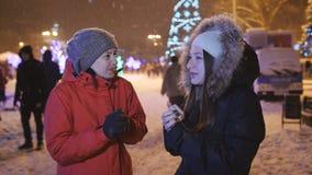 Dwa dziewczyny przy Bożenarodzeniową uczciwą rozmową zbiory