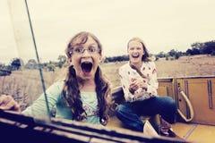 Dwa dziewczyny przy gospodarstwem rolnym Zdjęcia Royalty Free