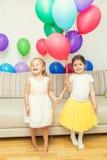 Dwa dziewczyny przy przyjęciem urodzinowym Fotografia Stock