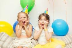 Dwa dziewczyny przy przyjęciem urodzinowym Zdjęcie Stock