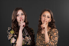 Dwa dziewczyny pytają być cisi, no mówją anyone Obraz Stock