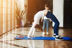 Dwa dziewczyny różni wieki robi joga Fotografia Stock