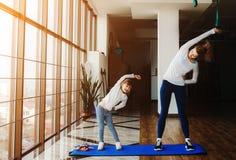Dwa dziewczyny różni wieki robi joga Zdjęcie Royalty Free