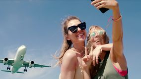 Dwa dziewczyny robi selfie zbiory