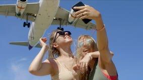 Dwa dziewczyny Robi Selfie Z samolotem zdjęcia stock