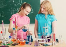 Dwa dziewczyny robi substancja chemiczna eksperymentom Obrazy Royalty Free