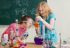 Dwa dziewczyny robi substancja chemiczna eksperymentom Zdjęcie Royalty Free
