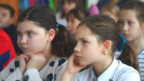 Dwa dziewczyny słucha nauczyciel w sali lekcyjnej zbiory wideo