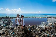 Dwa dziewczyny siedzi na śmieciarskiej górze Fotografia Royalty Free