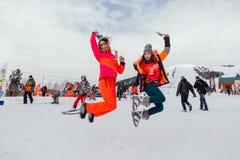 Dwa dziewczyny skacze na śnieżnym skłonie Obraz Stock