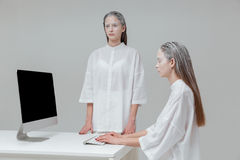 Dwa dziewczyny używa komputer, komputer osobisty Fotografia Royalty Free