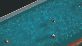 Dwa dziewczyny w basenie, strzela z trutniem zbiory wideo
