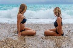 Dwa dziewczyny w bikini na plaży Zdjęcia Stock